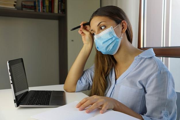 Afstandsonderwijs quarantaine jonge vrouw die vanuit huis studeert voor virusziekte 2019-ncov.