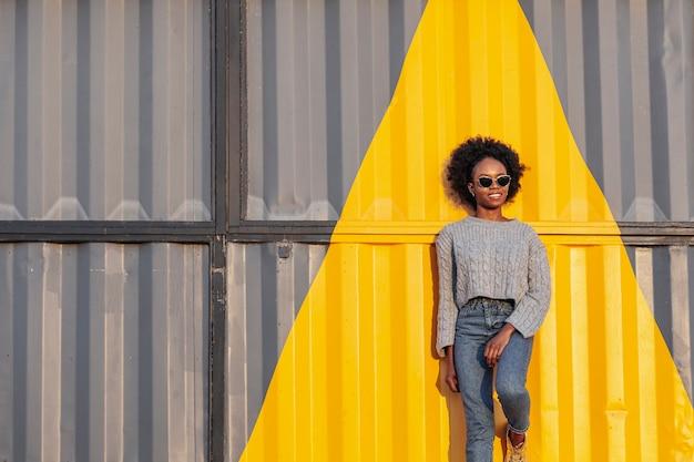 Afstandsschot het jonge afrikaanse vrouw stellen