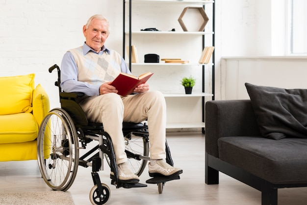Afstandsschot oude man zittend op rolstoel