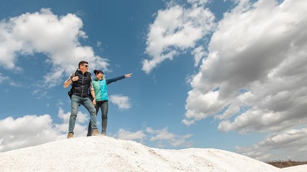 Afstandsschot paar omhoog op een heuvel