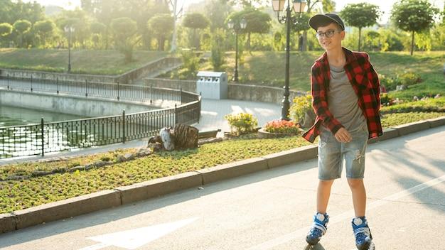 Afstandsschot van jongen met rolbladen
