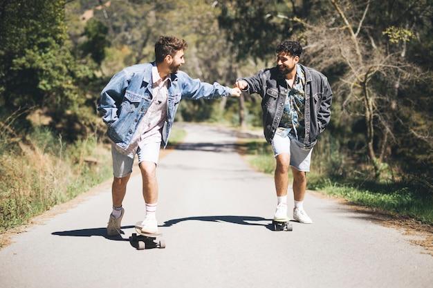 Afstandsschot van vrienden skateboarden