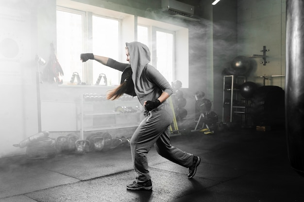 Afstandsschot vrouw opleiding in bokscentrum