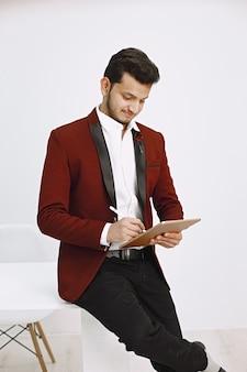 Afstandswerk. indiase man in pak met behulp van tablet op kantoor.