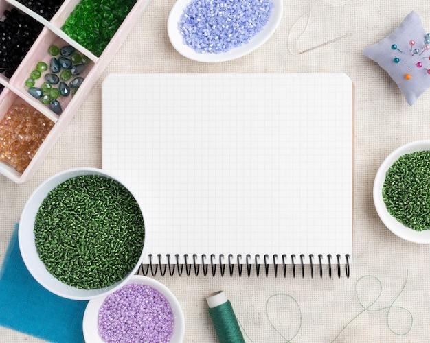 Afstemming van gereedschappen en elementen arrangement met leeg notitieboekje