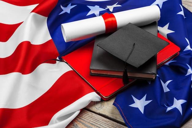 Afstudeer hoed op amerikaanse vlag, onderwijs concept