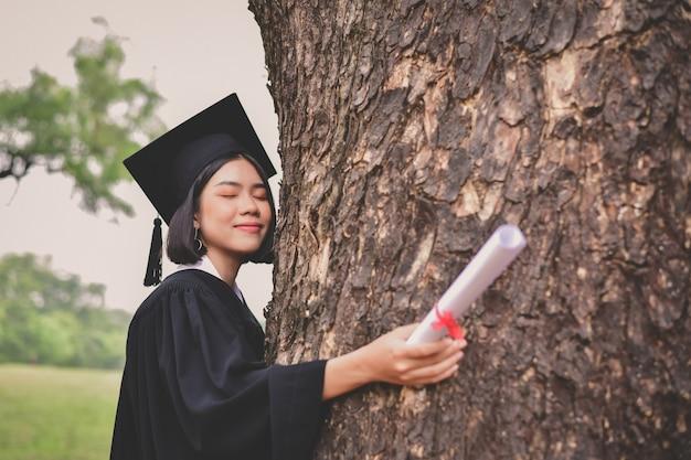 Afstuderen concept. afgestudeerde studenten op afstudeerdag.