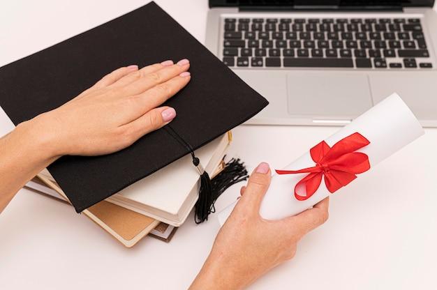 Afstuderen diploma certificaat en afstudeerhoed
