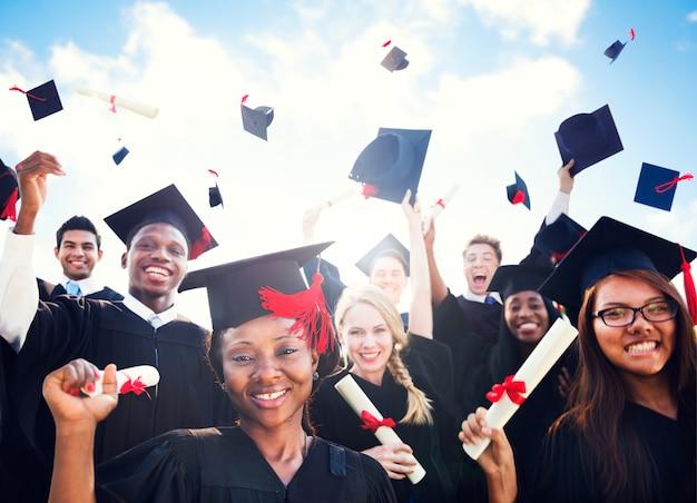 Afstuderen groep mensen viering diversiteit leren gooien