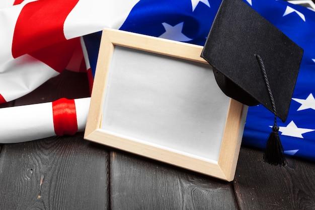 Afstuderen hoed op amerikaanse vlag, onderwijs concept