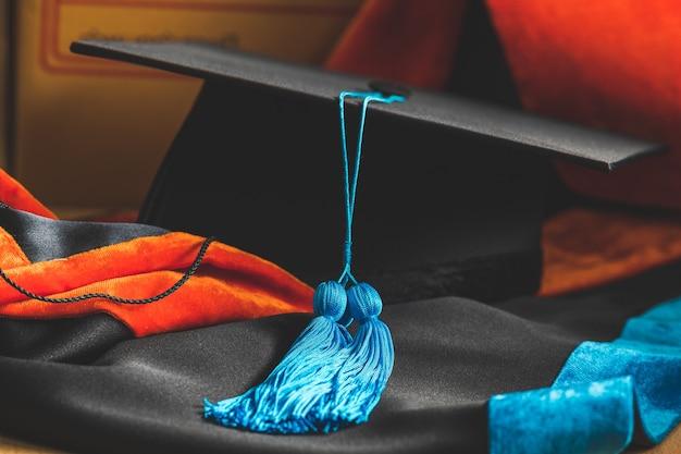 Afstuderen in zwarte jurk. universitair diploma