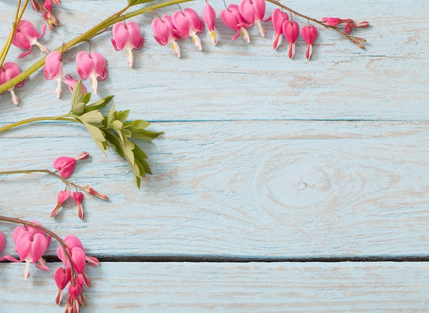 Aftappende hartbloemen op houten achtergrond