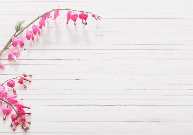 Aftappende hartbloemen op houten ruimte