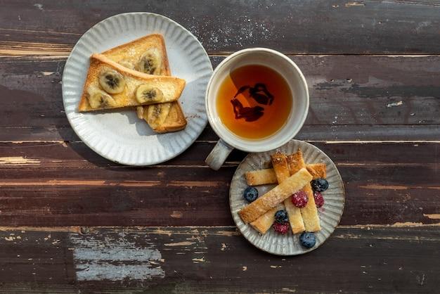 Afternoon tea time, zwarte thee met brood