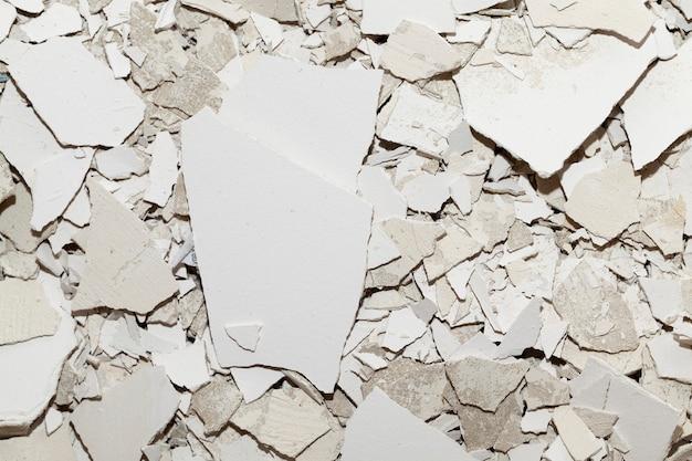 Afval achtergelaten na constructie en reparatie. foto van een close-up van oud gips en stopverf