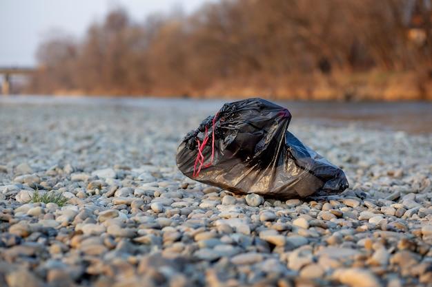 Afval bij de rivier. milieuvervuiling kust.