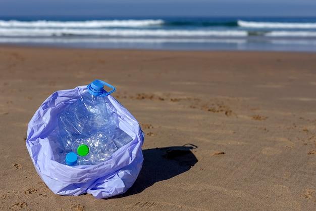Afval en plastic schoonmaken van het strand