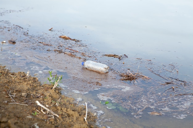 Afval op het meer gedurende de dag