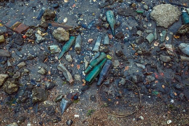 Afval op het strand bij eb