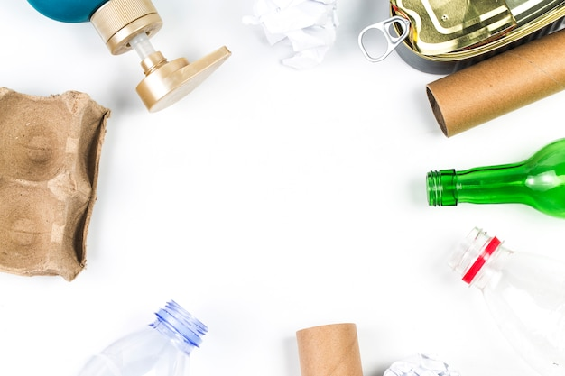 Afval recyclingsecosymbool met huisvuilverwijdering op houten lijst hoogste mening als achtergrond