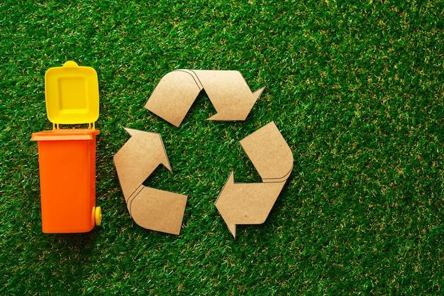 Afval sorteren concept met speelgoed afvalbak op papier