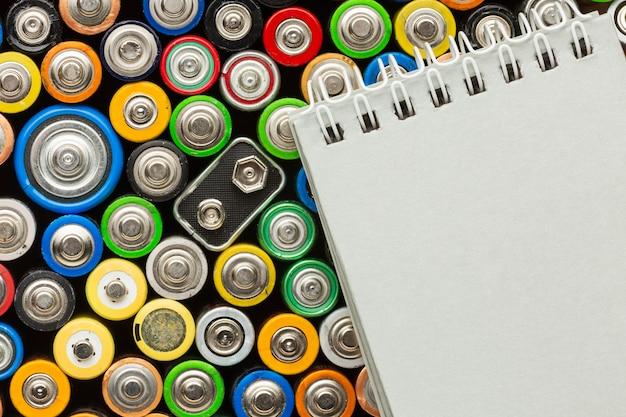 Afval van batterijvervuiling en notitieblok voor kopiëren en plakken