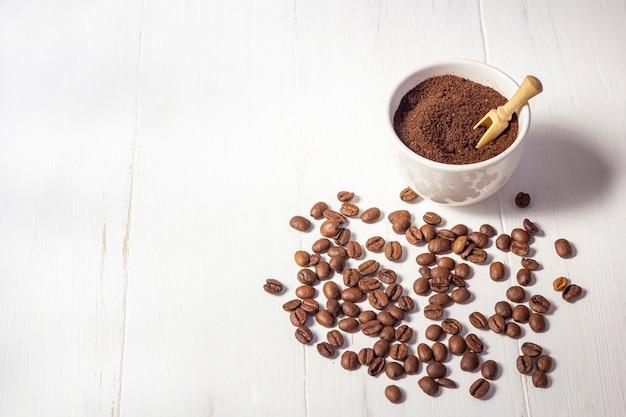 Afval van koffie recyclen. body scrub van gemalen koffie, zelfgemaakte cosmetica voor peeling en kuurverzorging op witte achtergrond. geen afval, milieuvriendelijk, redelijk verbruiksconcept.