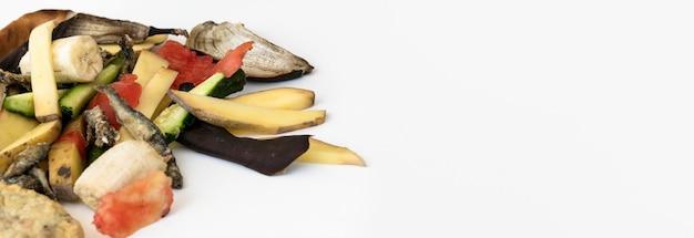 Afval van organische groenten van de close-up met exemplaarruimte