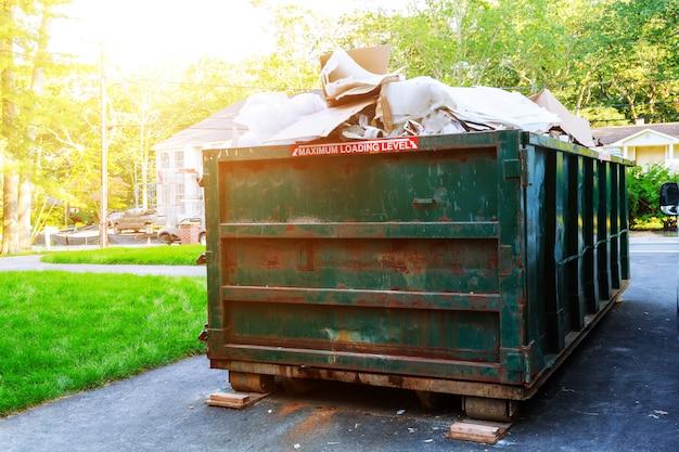 Afvalcontainers vol zitten met afval in een stad.