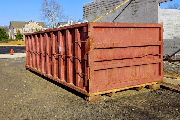 Afvalcontainers voor de bouw in een metalen container, renovatie van het huis.