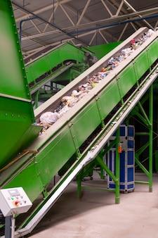 Afvalverwerkingsbedrijf. technologisch proces voor acceptatie, opslag, sorteren en verdere verwerking van afval voor recycling.