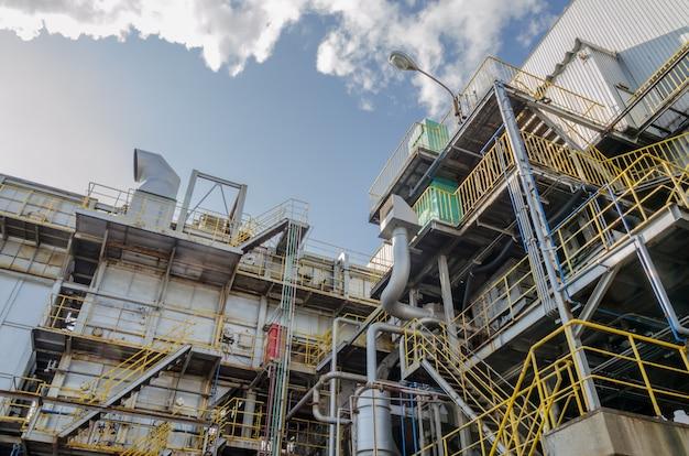 Afvalverwijdering industriële en blauwe hemel
