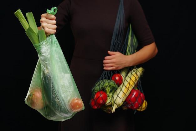 Afvalvrij concept. keuze om plastic zakken of multifunctionele zakken te gebruiken.
