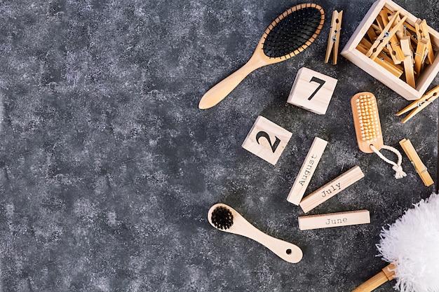 Afvalvrije badkameraccessoires van milieuvriendelijke materialen, natuurlijke sisalborstel, houten kam, pin, kalender.