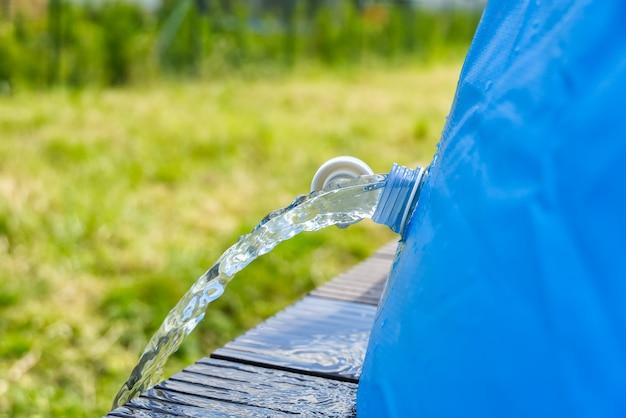 Afvoer van water uit een opblaasbaar buitenzwembad. opblaasbaar zwembad zorgconcept.