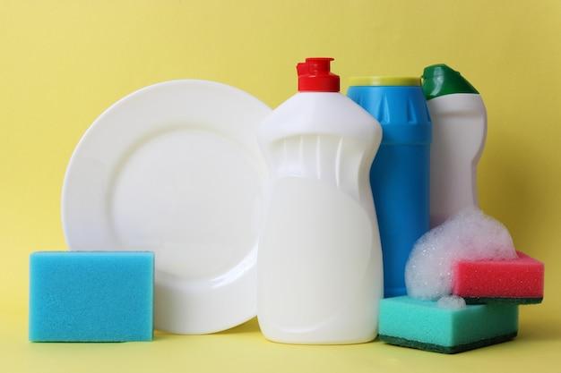 Afwasmiddel close-up op een gekleurde achtergrond. hoge kwaliteit foto