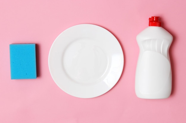 Afwasmiddel close-up op een gekleurde achtergrond