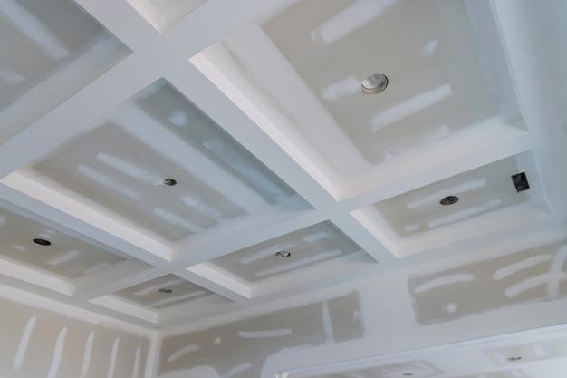 Afwerking stopverf in de kamermuren op leeg appartement kamer renovatie huis verbouwing nieuw huis in aanbouw