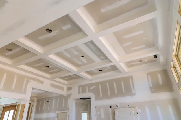 Afwerking stopverf in de kamermuren op lege appartement kamer renovatie huis remodelleren