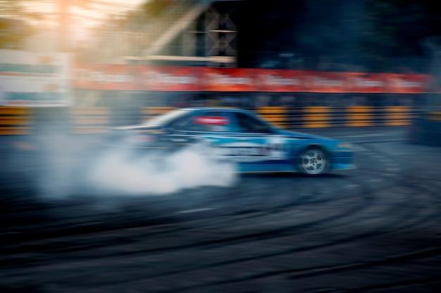 Afwijkingsraceauto, raceauto die op snelheidsbaan rennen met motieonduidelijk beeld