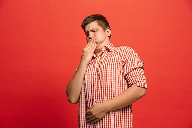 Afwijzen, afwijzing, twijfel concept. twijfelachtige man met doordachte uitdrukking keuze maken. jonge emotionele man.