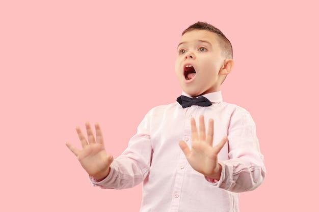 Afwijzen, afwijzing, twijfel concept. twijfelachtige tienerjongen die met doordachte uitdrukking keuze maakt. jonge emotionele man. menselijke emoties, gezichtsuitdrukking concept. studio. geïsoleerd op trendy roze