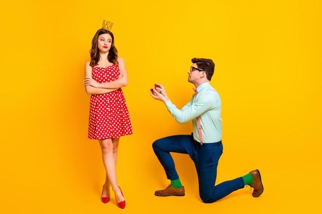 Afwijzing concept nerd man die vriendin koningin voorstelt