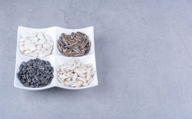 Afwisselend zaden in een kom op het marmeren oppervlak
