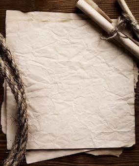 Aged rope op de achtergrond van het oud papier