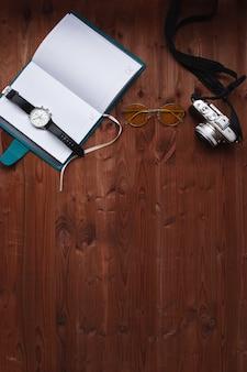 Agenda en camera op houten achtergrond