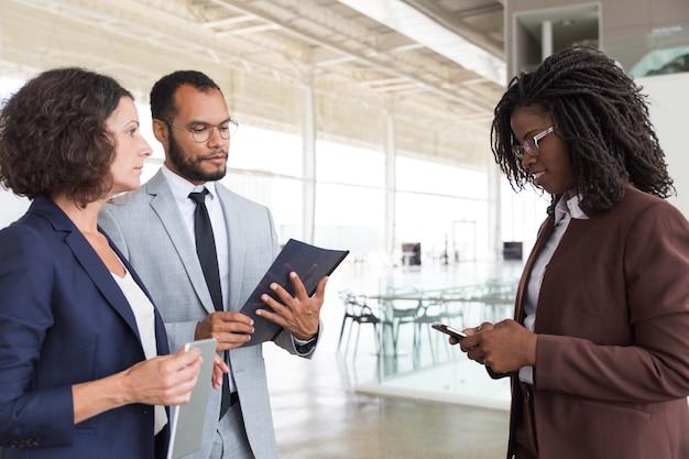 Agent en klanten ontmoeten elkaar ter plaatse