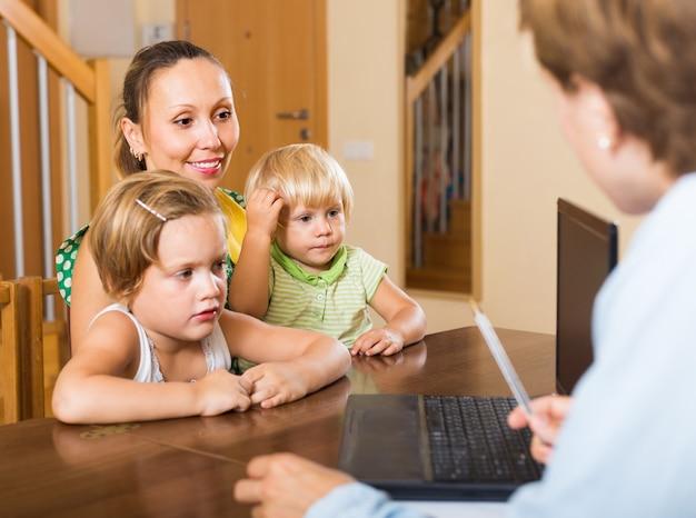 Agent praten met moeder en kinderen