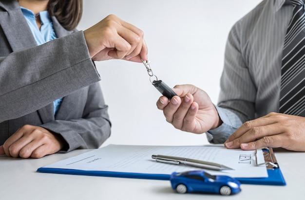 Agentmanager die het formulier van het huurcontract aan zakenmancliënt richten voor besluit ondertekenend aan overeenkomst