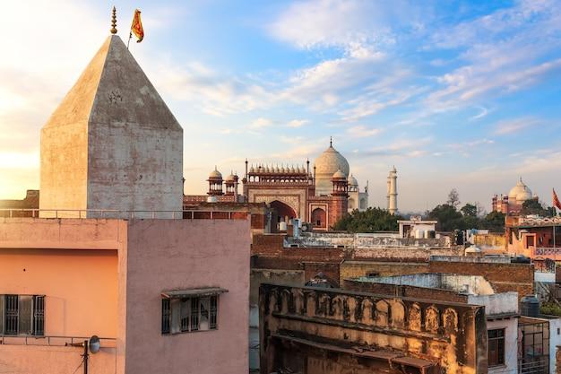 Agra achterstandsgebied en uitzicht op de taj mahal-poort, india.